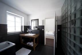 Bad zu Schlafraum1 mit Designausstattung, Badewanne, große Dusche, Bidet, WC, großer Waschtisch mit Ablageflächen, Handtuchtrockner, Fußbodenheizung, Fön, Antiquitäten