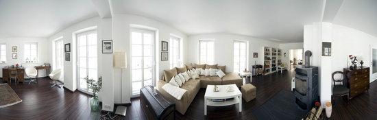 270° Wohnraum-Panorama = Wohnbereich, Bibliothek, Schreibtisch, Fenstertüren mit Zugang zur umlaufenden Terrassenfläche, Laminatboden, Kaminofen, Wandflächenheizung; Sat-TV, Stereo-Anlage