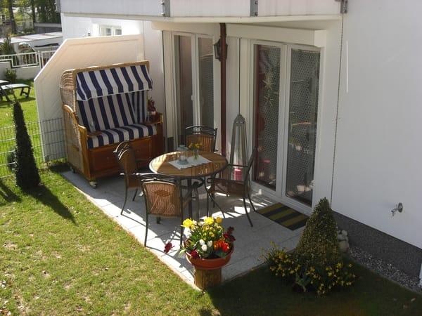 Der schöne Garten mit Terrasse. Hier befindet sich neben Gartenmöbeln ein Strandkorb zum relaxen