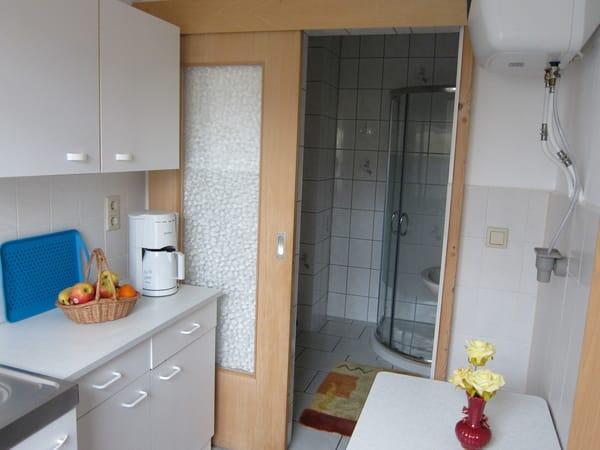 Küche, im Hintergrund sehen Sie das Bad