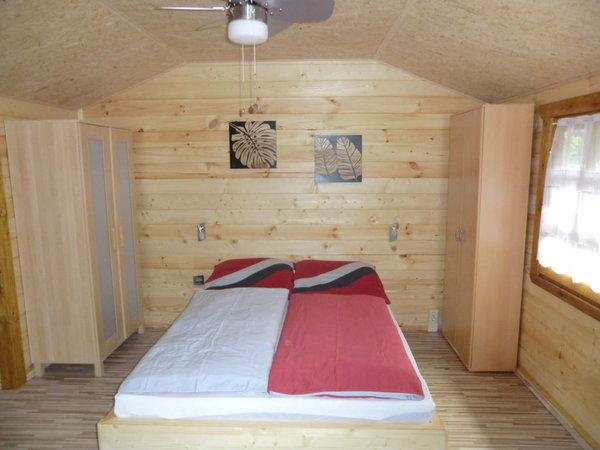 großes Schlafzimmer mit Ehebett