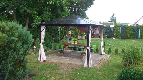 Garten mit Terrasse und Sitzgruppe