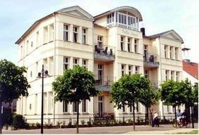Die Villa Anna liegt direkt an der Strandpromenade.