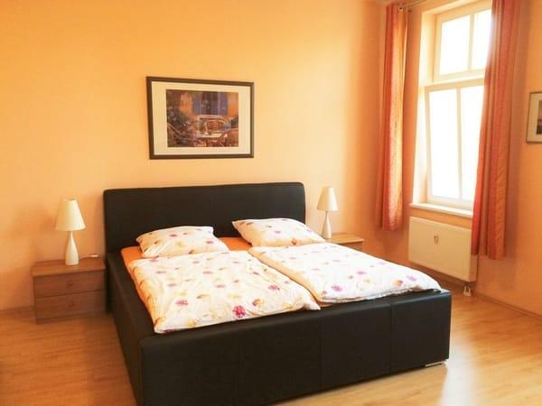 Das geräumige Schlafzimmer mit neuem Bett verfügt ebenfalls über Flat-TV.