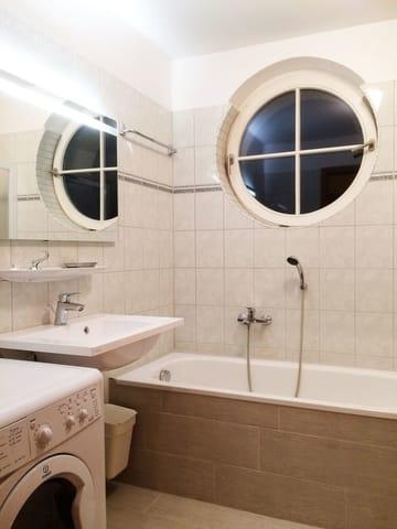 Das Bad wurde 2016 erneuert und modernisiert. Es verfügt über Wanne und Dusche mit bodengleichem Einstieg sowie Fenster und Waschtrockner.