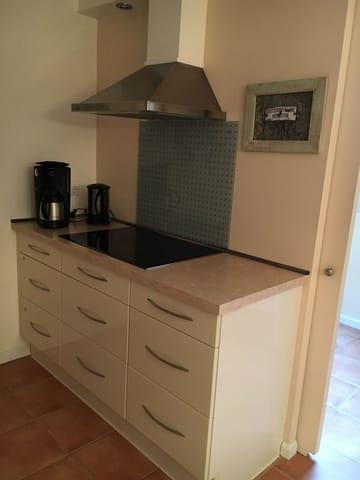 Küche mit Wasserkocher, Kaffemaschine und Toaster