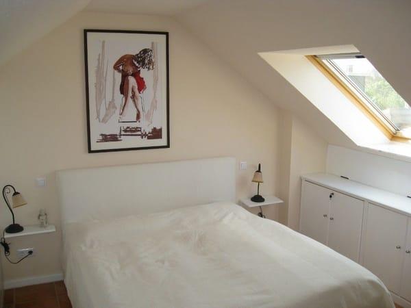 kuschliges Schlafzimmer mit TV und Boddenblick