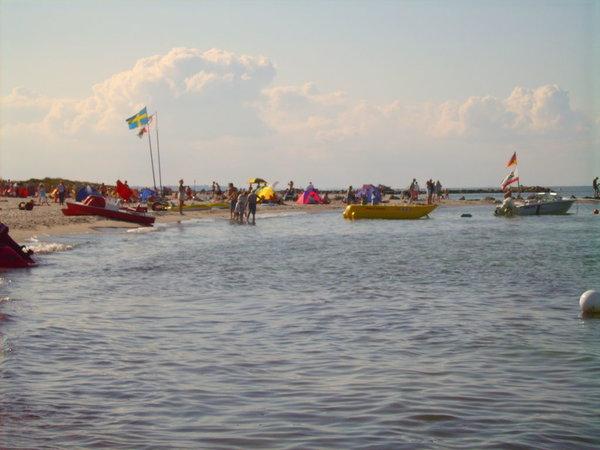 Der Strand bietet viele Möglichkeiten für aktiven Wassersport. Der Deich lädt zu Fahrradtouren ein. Natürlich kann man auch einfach nur relaxen, die Sonne genießen und die Seele baumeln lassen.