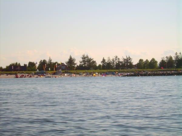 Unser Haus von der Seeseite. Der weiße Sandstrand lädt zum Baden ein. Eine Surfschule mit Bootsverleih rundet das vielfältige Freizeitangebot ab.