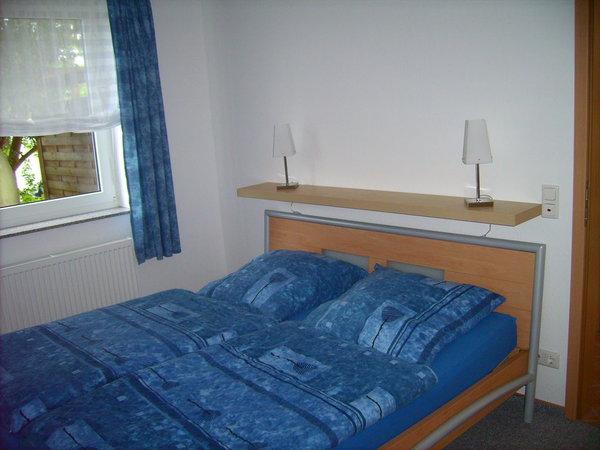 Im separaten Schlafzimmer finden Sie ein bequemes Doppelbett, einen Nachtschrank und einen dreitürigen Kleiderschrank mit Spiegel.
