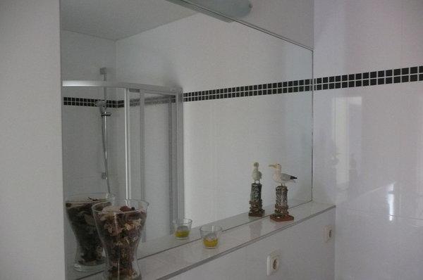 modernes Bad mit WC und ebenerdiger Dusche