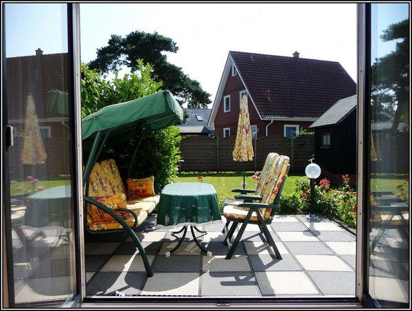 Blick vom Wohnzimmer auf Terrasse