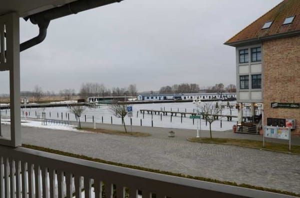 Blick vom Balkon zum Hafen im Winter.