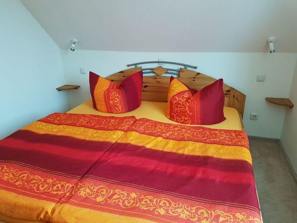 Schlafzimmer mit Doppelbett...