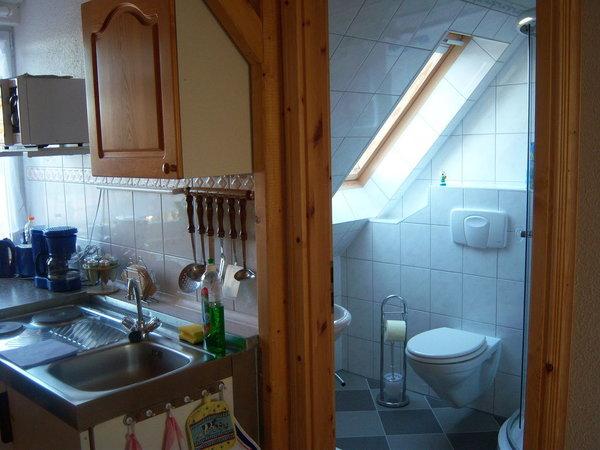 Küche mit anliegendem Bad