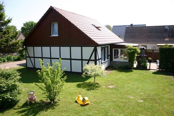 Westansicht mit Liegewiese und Terrasse