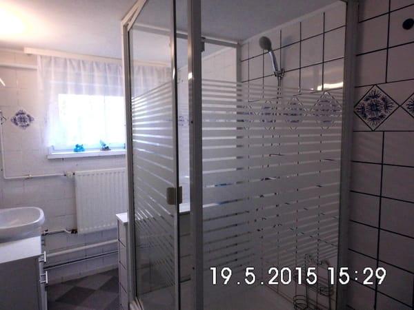 Mit Fenster und Tageslicht ausgestattetes Badezimmer (WC und Dusche)