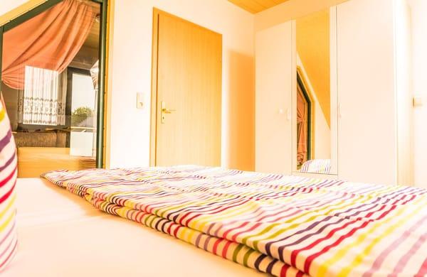 Schlafbereich mit Kleiderschrank
