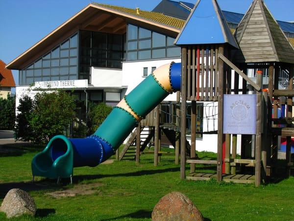 Jasmund Therme mit Kinderspielplatz ca. 100 m von FeWo entfernt.