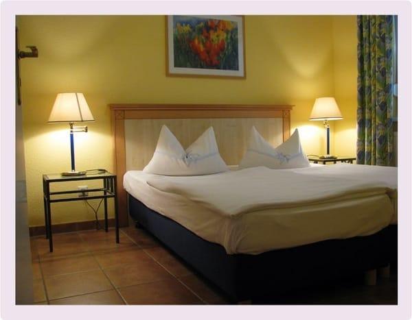Komfortables Schlafzimmer, links grosser geräumiger Kleiderschrank, Abstellbank