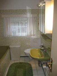 Bad mit Duschkabine und Badewanne