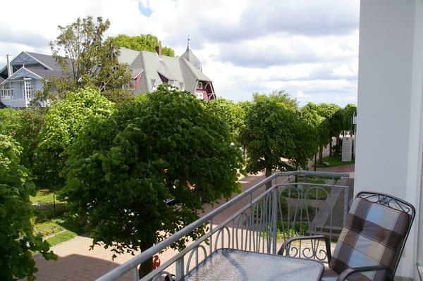 Ein Blick vom Balkon auf die Spielstraße vor dem Haus.