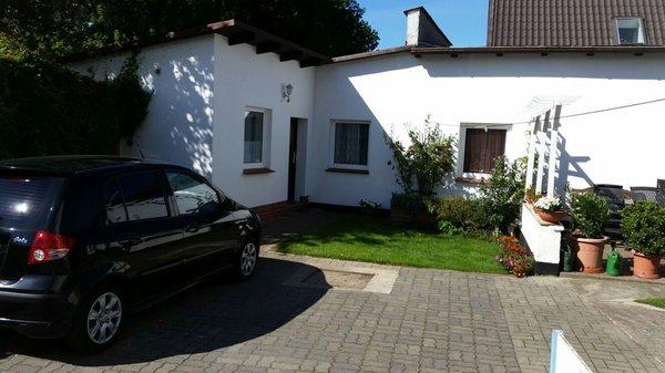 Ansicht Ferienhaus mit Parkplatz