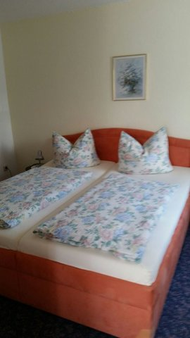 Schlafzimmer 1 mit 3-teiligen Kleiderschrank