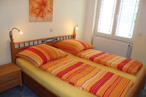 Schlafzimmer mit Rollladen.