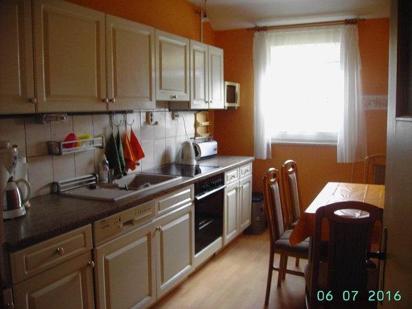 große Küche mit Eßplatz