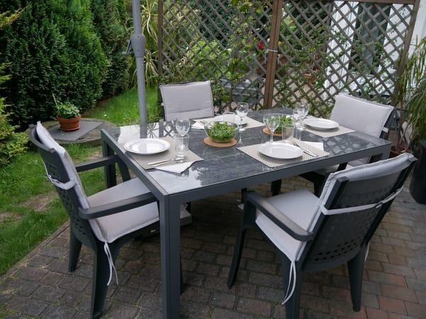 Auf der Terrasse finden ebenfalls 4 Personen (wenn gewünscht, unter dem Schirm) Platz. Nur den Tisch müssen Sie selbst decken..