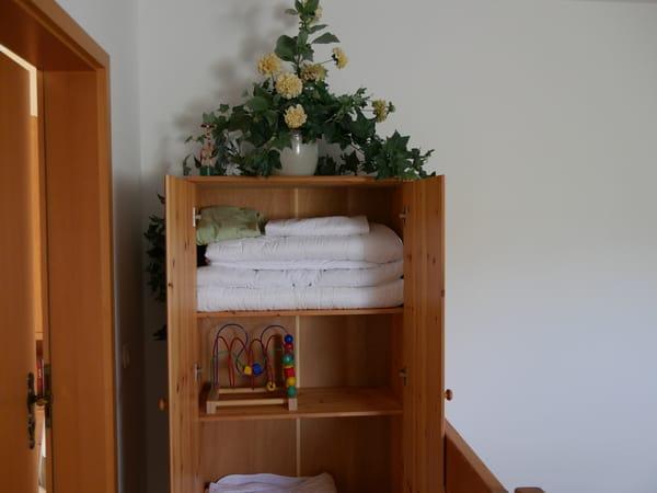 Hier oben finden Sie das Bettzeug für kleine Gäste..