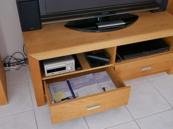 Im linken Schubfach unter dem Fernseher sind die Unterlagen für die Kurkarten deponiert..