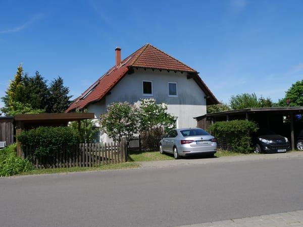 Hausaußenansicht (vom Schwarzen Weg), Garteneingang und 2 PKW-Stellplätze.