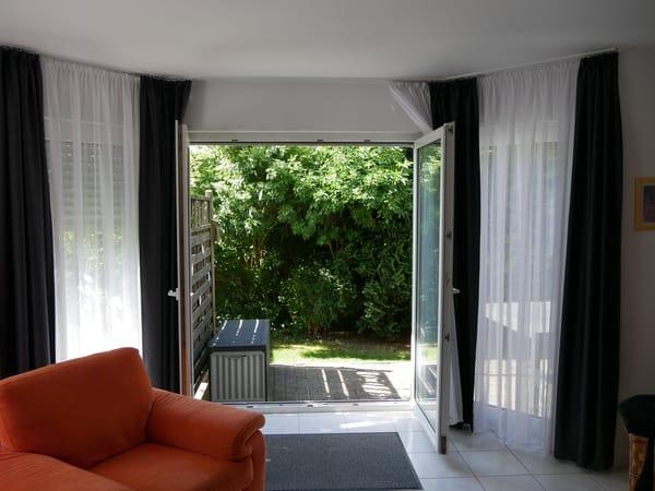 Vom Wohnzimmer aus können Sie großzügig auf die Terrasse gelangen (oder auch die Sonne hereinlassen).