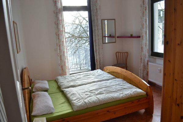 Schlafzimmer mit Balkon möbliert zur Ostseite/Morgensonne