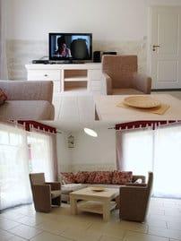 der gemütliche Wohnraum mit einer Sitzecke, Flachbild-TV, Musikanlage, Schlafcouch für die 6. Person und Zugang zur Terrasse