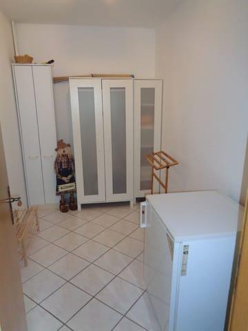 Hauswirtschaftsraum mit Tiefkühlschrank