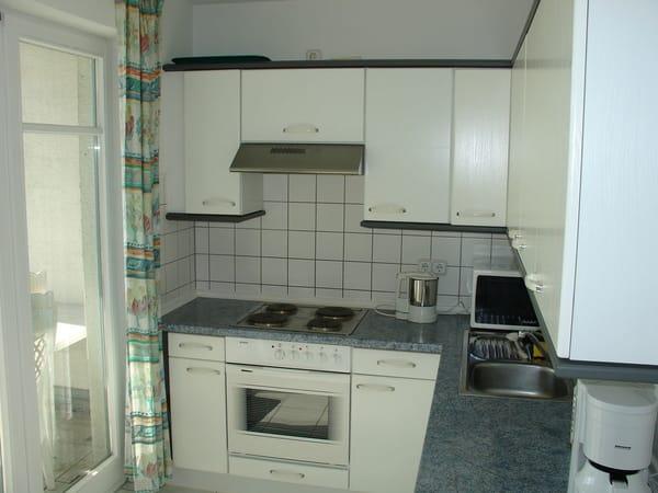 moderne Küche mit Zugang zur Loggia