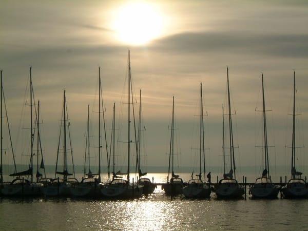 Segelboote im Breeger Hafen
