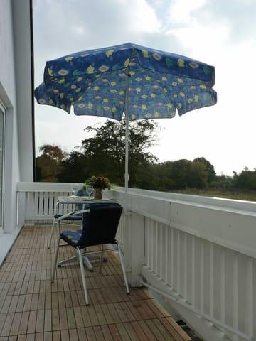 Südbalkon mit Boddenblick, 4 Balkonstühle u. 2 Tische, Sonnenschirm