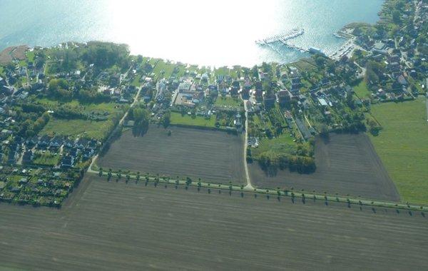 Breege aus der Luft, links vorne die Ferienwohnungen Morgenröte und Morgenstern, rechts hinten  der Hafen am Bodden (Foto:Hinsch)