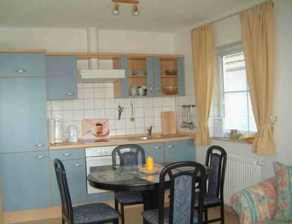 Essplatz vor Küchenzeile, Backofen, Ceranfeld, Geschirrspüler, Kühlschrank