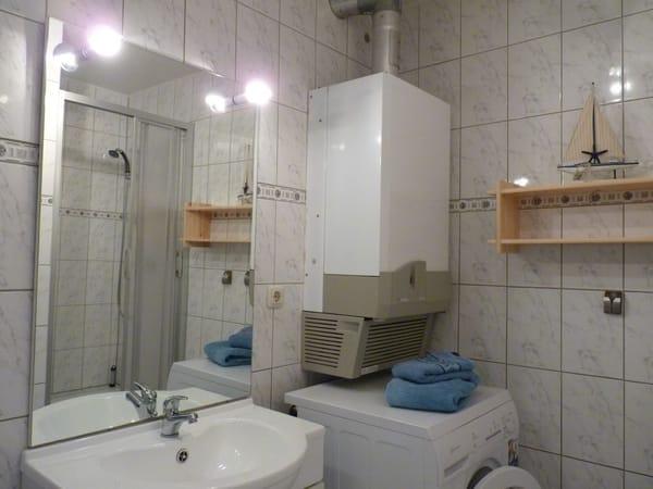 Bad mit Dusche und WC, Waschmaschine