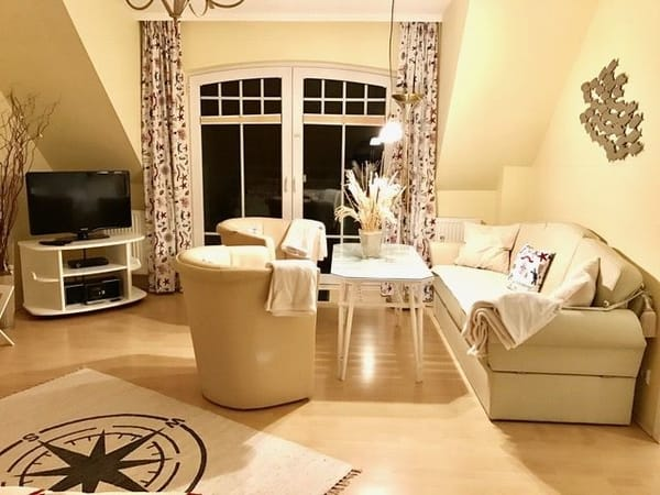 Blick zum Panoramafenster/Balkontür und zur  Leder- Couchecke im creme-weißen Ton