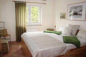 Schlafzimmer, Doppelbett sehr bequemer hoher Einstieg