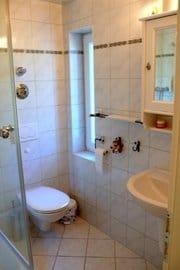 Badezimmer, Dusche, WC,Waschbecken Fön usw.