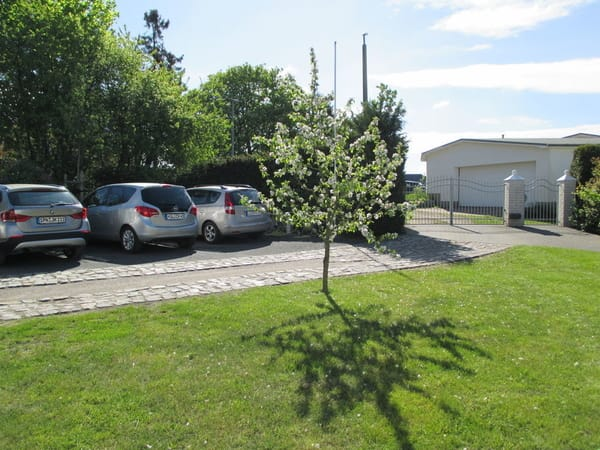 Parkplatz auf dem abgeschlossenen Grundstück im Haus Melanie kostenfrei