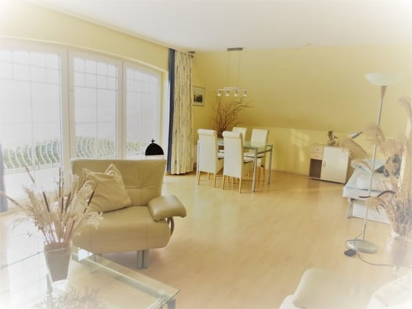 Blick vom großen Panoramafenster zur Eßecke mit zusätzlicher Schlafcouch, auch hier Fußbodenheizung