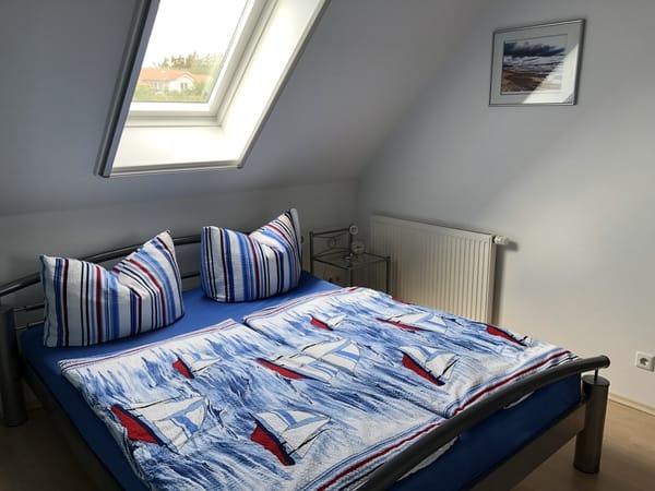 Blick SZ-Doppelbett mit herrlichen Daunenbetten (24cm hohe 7 - Zonenkomfortmatratze, mit Velux-Fenster(Insektenschutz u. Verdunklung  im Rahmen installiert)